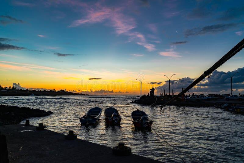 Silhueta do porto do pescador da vila de Hanga Roa no por do sol na Ilha de Páscoa imagens de stock