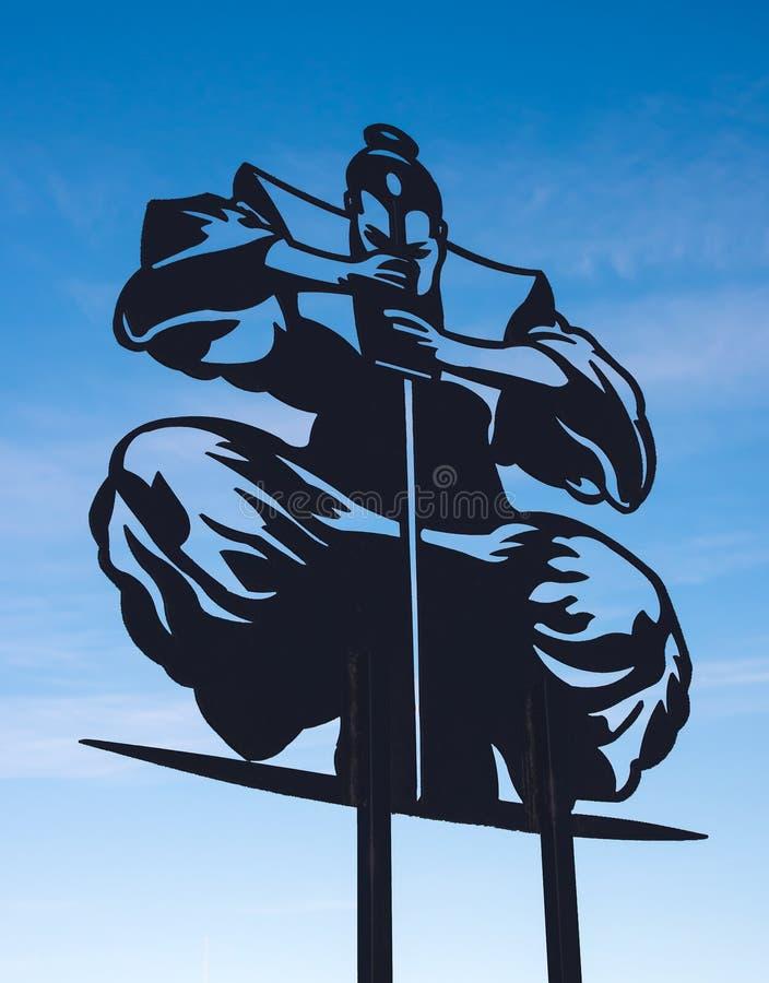 Silhueta do samurai em um fundo do céu azul foto de stock royalty free