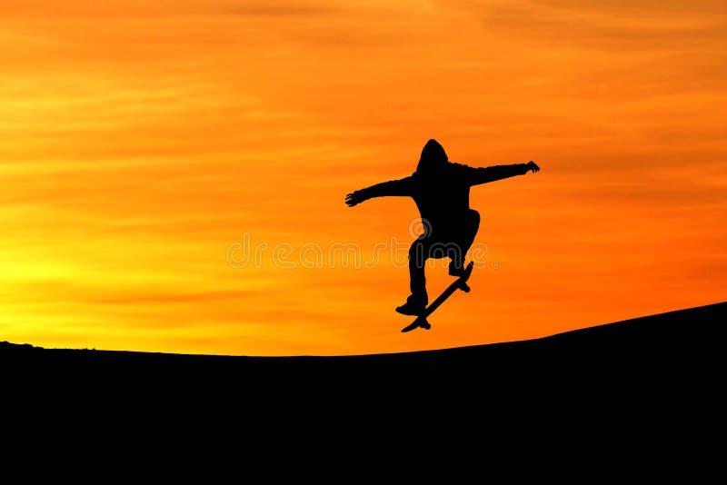 Silhueta do skater no por do sol fotos de stock royalty free