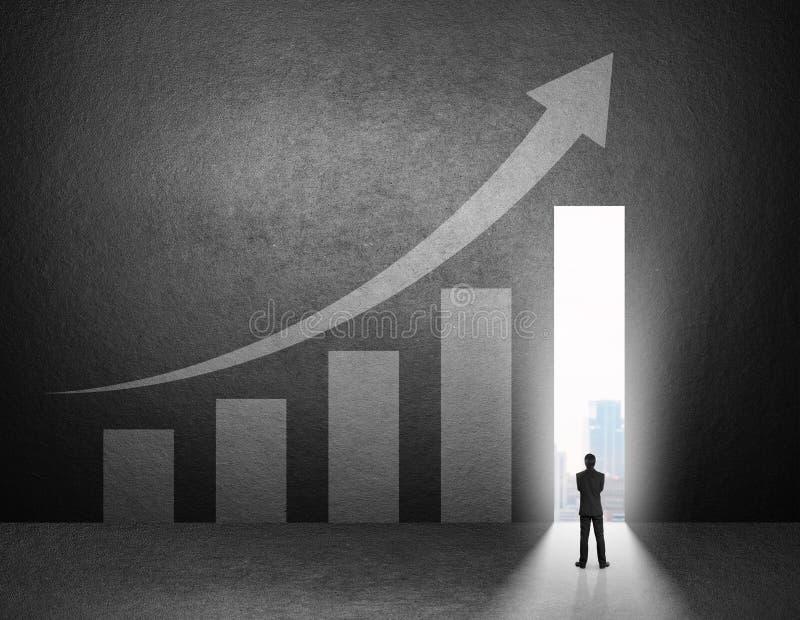 Silhueta do suporte do homem de negócios na frente da carta de crescimento imagem de stock royalty free
