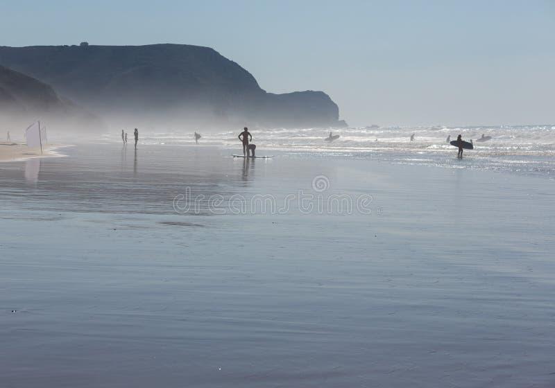 Silhueta do surfista na praia do oceano fotos de stock royalty free