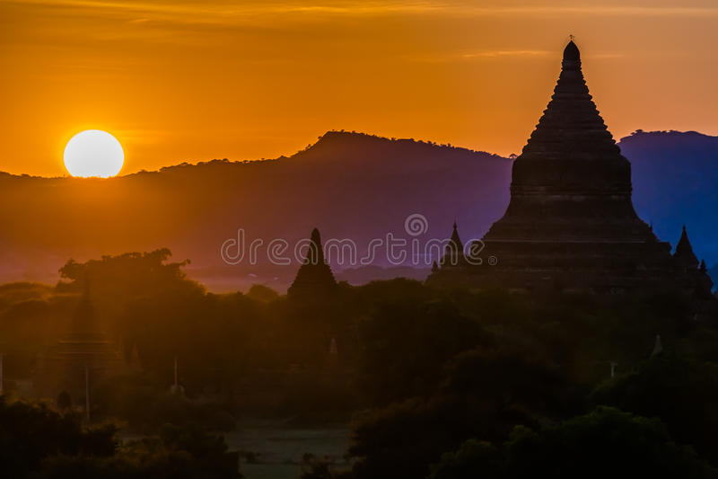 Silhueta do templo de Bagan no por do sol imagem de stock