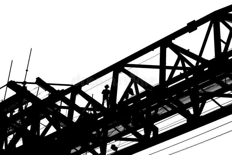 Silhueta do trabalhador que trabalha na máquina da ereção da viga de ponte imagem de stock