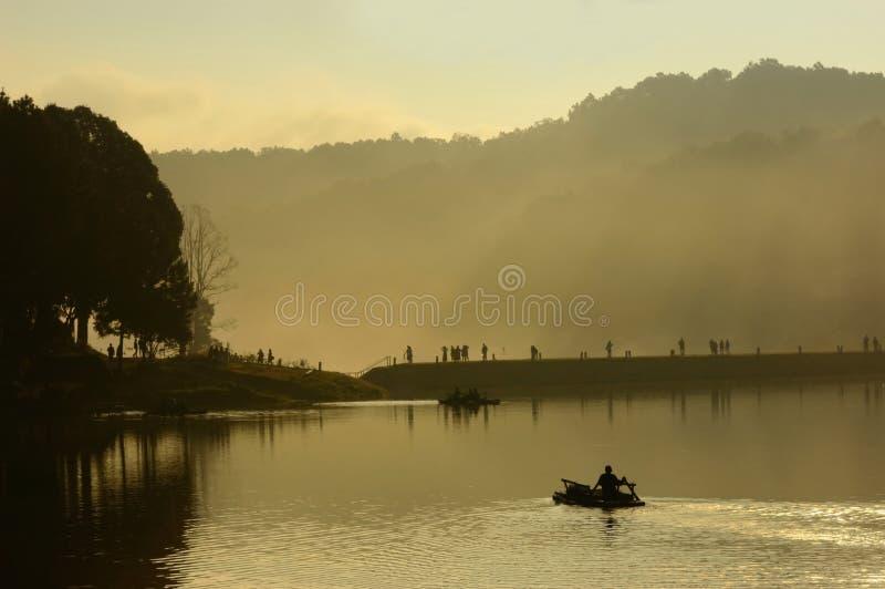 Silhueta do turista na jangada no lago Ung da pungência, norte de Thail foto de stock royalty free