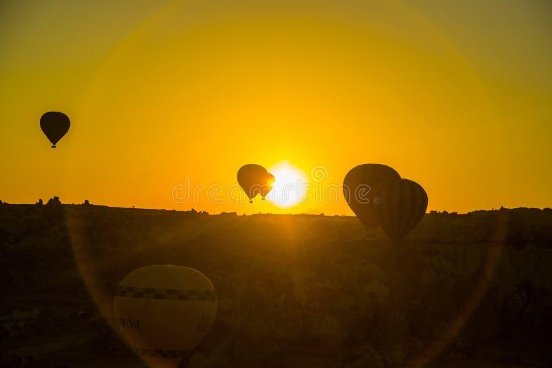 Silhueta dos balões de ar quente que voam sobre o vale em Cappadocia, Anatolia, Turquia Montanhas vulcânicas no parque nacional d imagem de stock royalty free