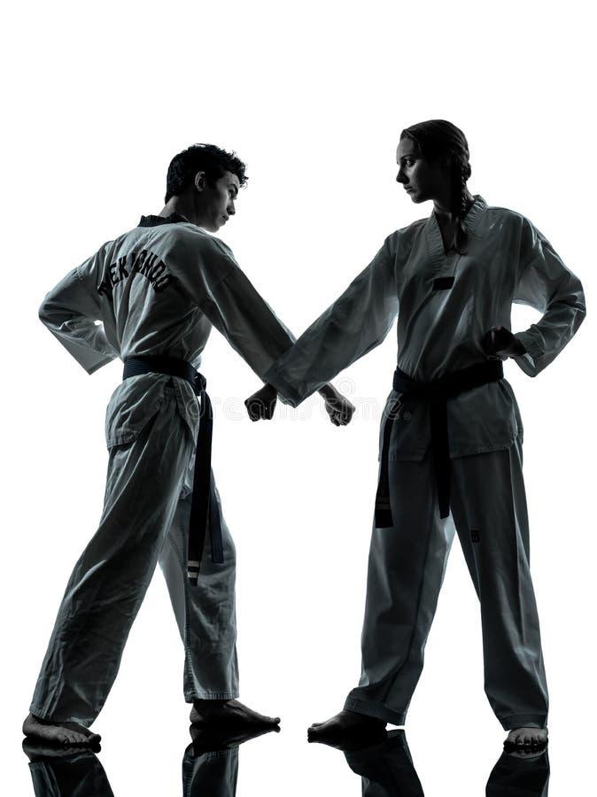 Silhueta dos pares da mulher do homem das artes marciais de taekwondo do karaté imagens de stock royalty free