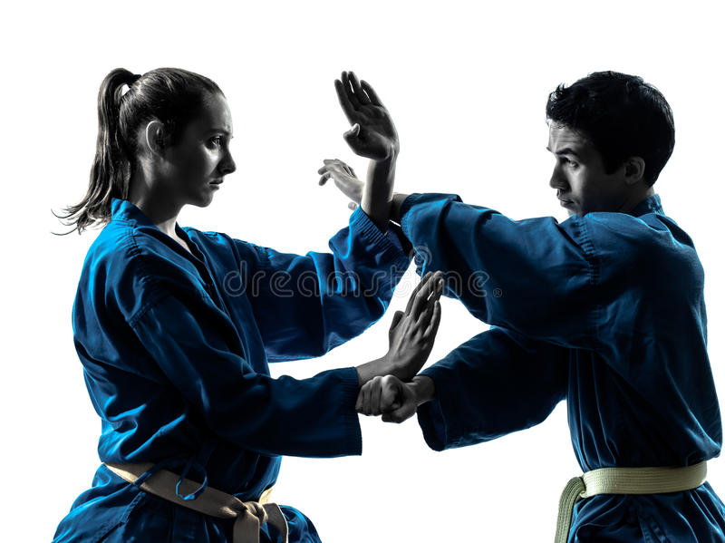 Silhueta dos pares da mulher do homem das artes marciais do vietvodao do karaté fotos de stock