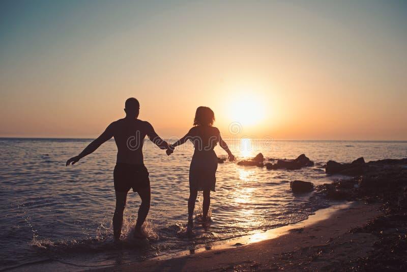 Silhueta dos pares na praia, férias ideais imagens de stock royalty free
