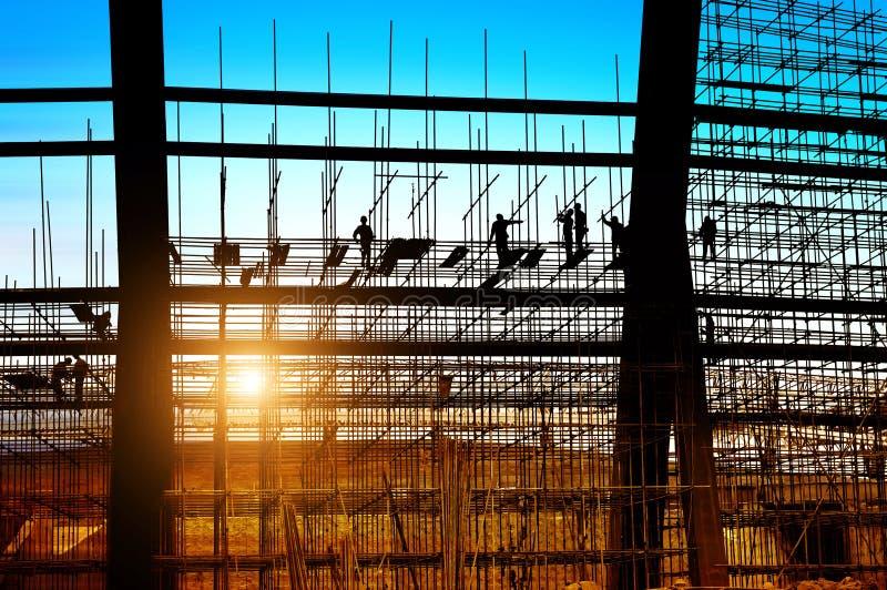 Silhueta dos trabalhadores da construção no andaime imagens de stock royalty free