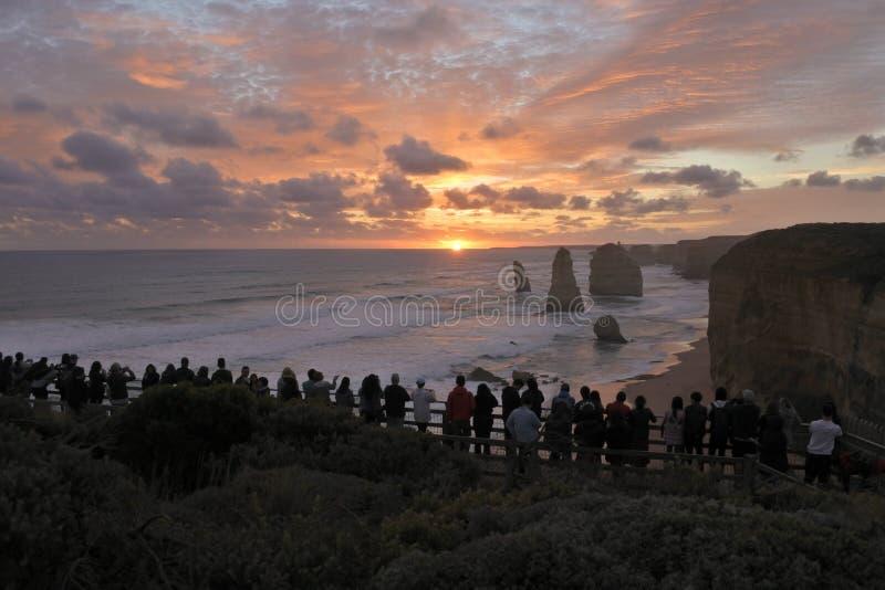 Silhueta dos turistas que olham estrada do oceano de doze ap?stolos a grande em Victoria Australia imagem de stock