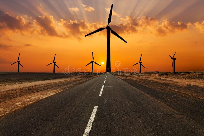 Silhueta dos windturbines em um por do sol surpreendente fotografia de stock royalty free