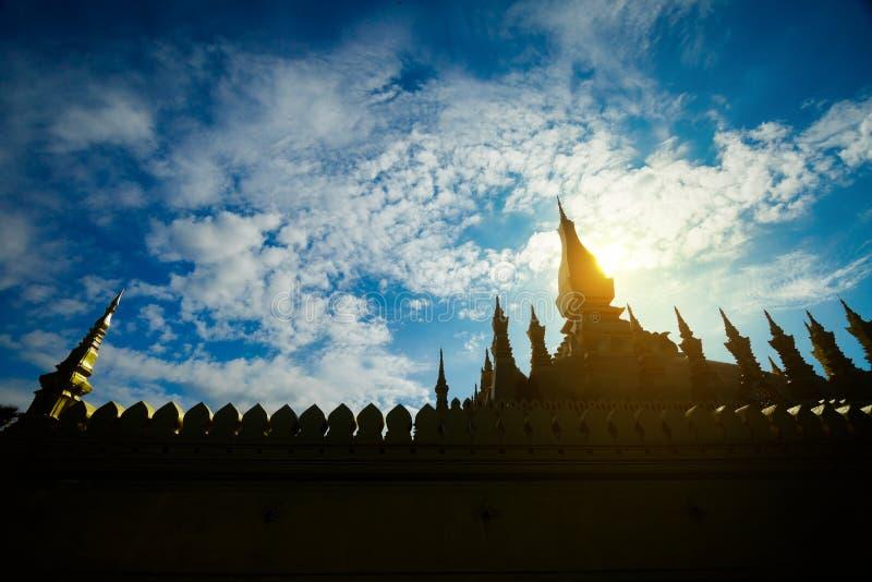 Silhueta dourada do templo em Pha que Luang, um pagode budista em Vienti imagens de stock