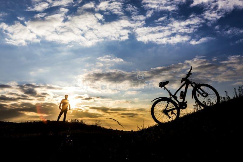 Silhueta e Mountain bike do homem do ciclista imagem de stock