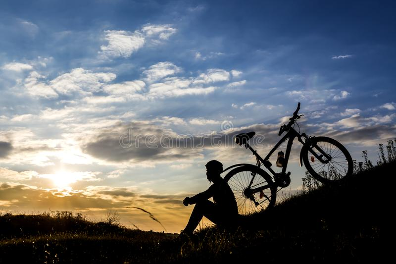 Silhueta e Mountain bike do homem do ciclista fotografia de stock royalty free