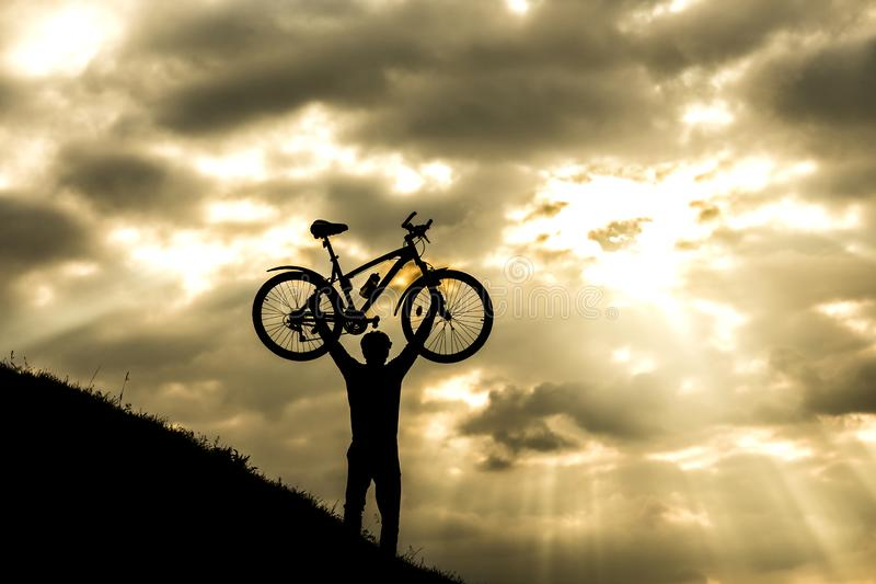Silhueta e Mountain bike do homem do ciclista imagem de stock royalty free