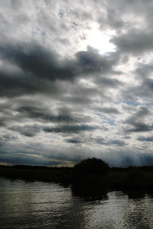 Silhueta e reflexões no Norfolk Broads foto de stock