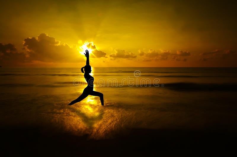 Silhueta exterior da ioga da mulher imagens de stock royalty free