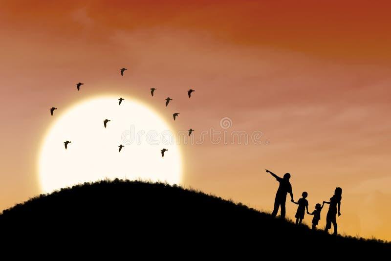 Silhueta feliz da família com paisagem do por do sol fotos de stock royalty free