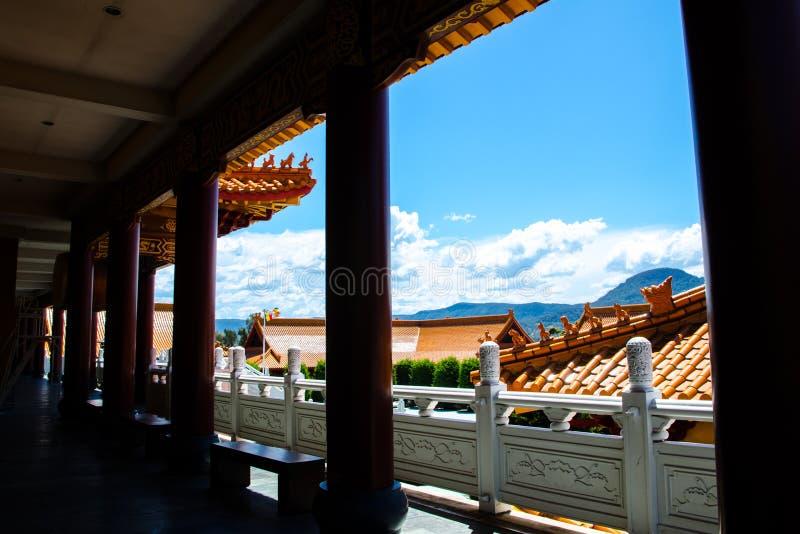 Silhueta no corredor de Nan Tien Temple com opinião bonita de céu azul, em Berkeley, Novo Gales do Sul fotos de stock royalty free