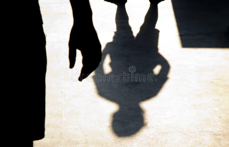 Silhueta obscura da sombra de dois meninos que confrontam-se imagens de stock royalty free