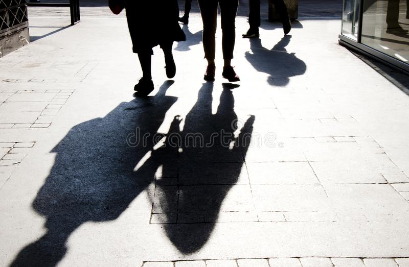Silhueta obscura da sombra do passeio dos povos fotografia de stock royalty free