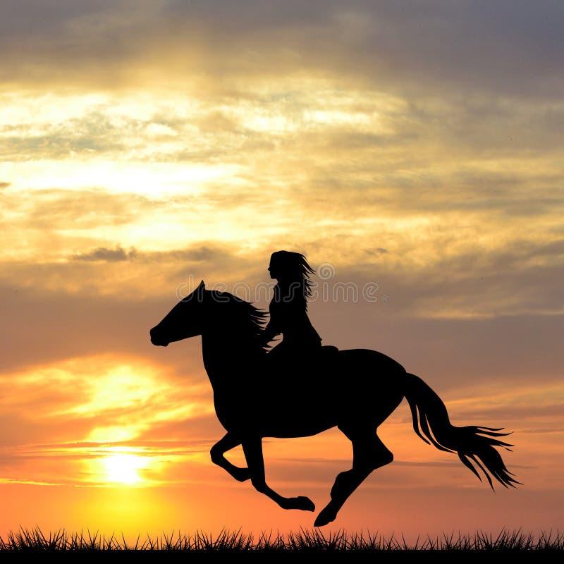 Silhueta preta da mulher que monta um cavalo no nascer do sol imagens de stock