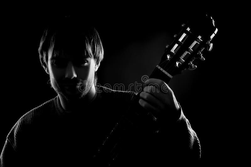 Silhueta preta do guitarrista imagens de stock