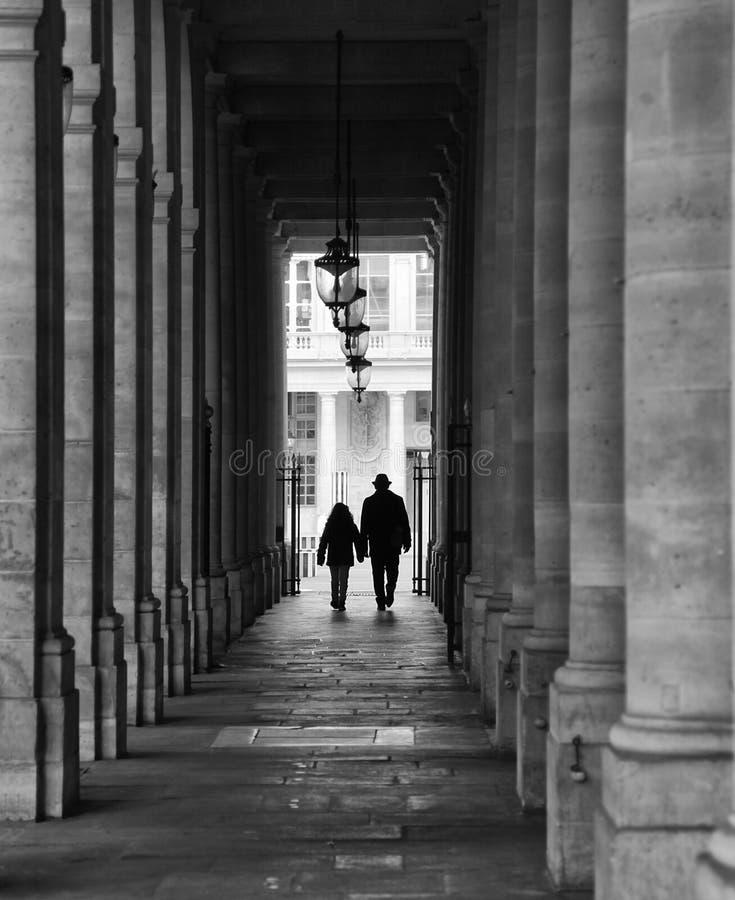 Silhueta que anda em Paris foto de stock