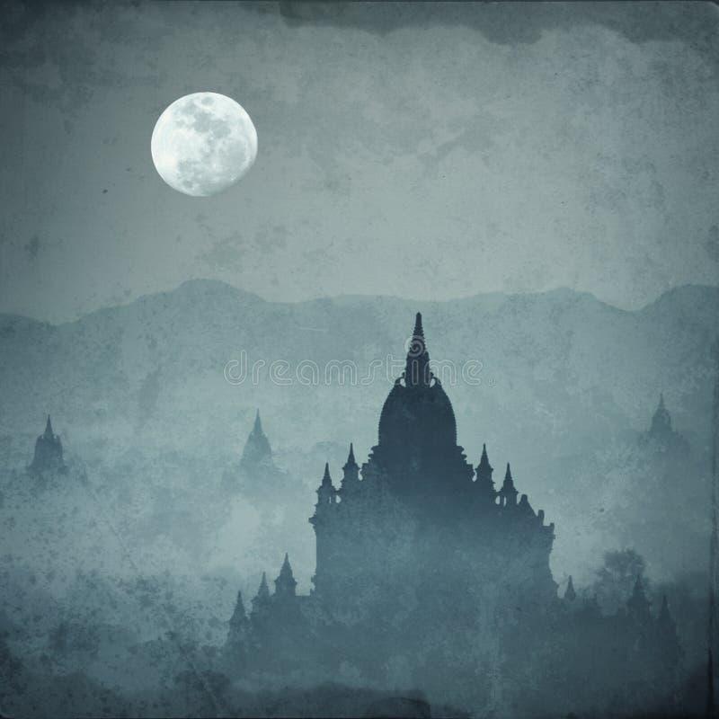 Silhueta surpreendente do castelo sob a lua na noite misteriosa fotos de stock