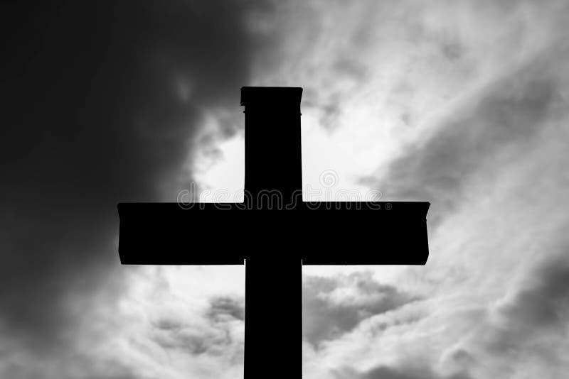 Silhueta transversal católica de madeira simples, nuvens de tempestade dramáticas no fundo fotografia de stock