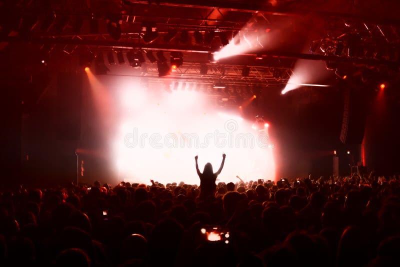 Silhuetas da multidão no concerto da música fotos de stock
