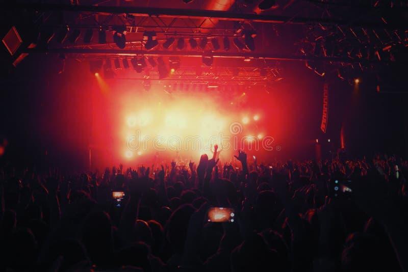 Silhuetas da multidão no concerto da música na frente da fase imagem de stock royalty free