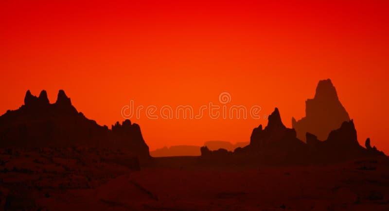 Silhuetas da rocha durante o por do sol no deserto do Arizona imagens de stock royalty free