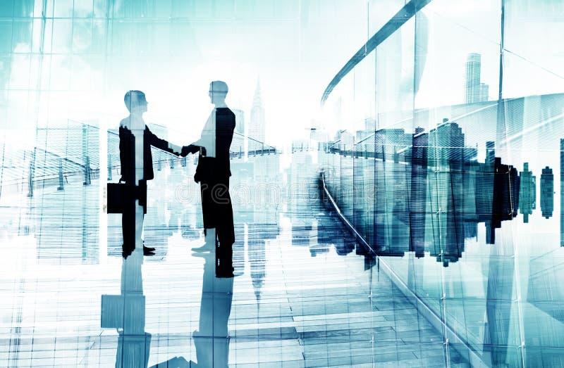 Silhuetas de dois homens de negócios que têm um aperto de mão ilustração do vetor