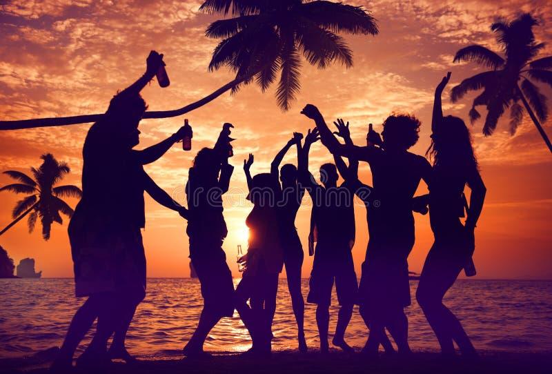 Silhuetas de Partying multi-étnico diverso dos povos foto de stock royalty free