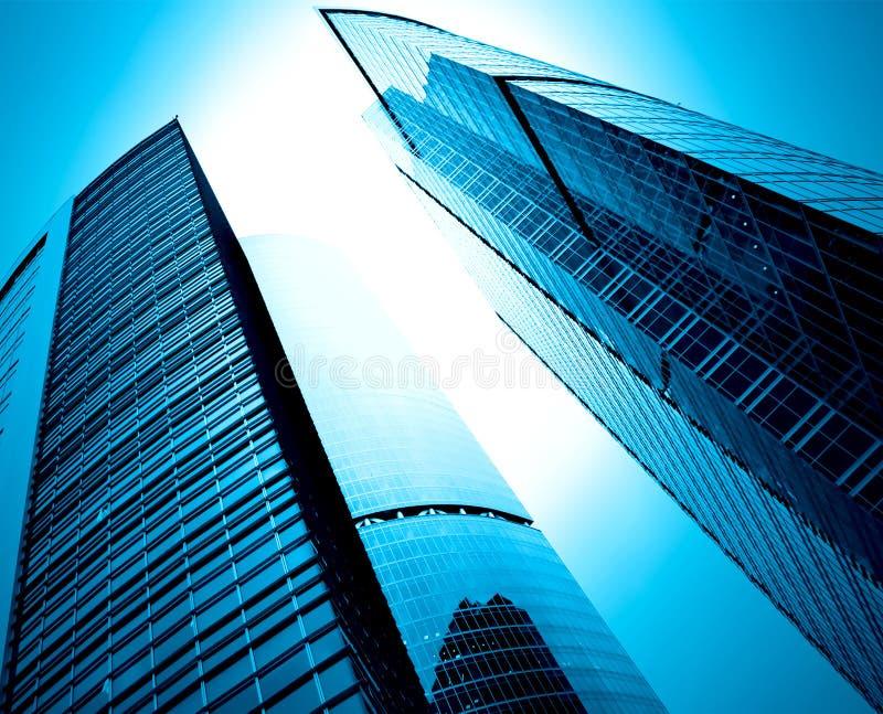 Silhuetas de vidro modernas dos arranha-céus fotos de stock
