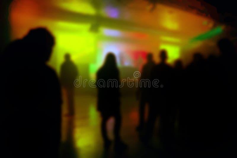 Silhuetas Defocused do borrão de jovens no concerto do DJ imagem de stock