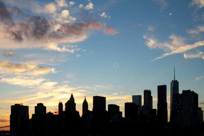 Silhuetas do arranha-céus de New York City no por do sol fotos de stock royalty free