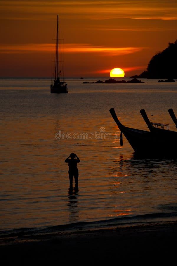 Silhuetas do por do sol de Longtail do Sailboat imagem de stock royalty free