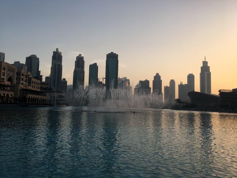 Silhuetas dos arranha-céus em Dubai no por do sol foto de stock