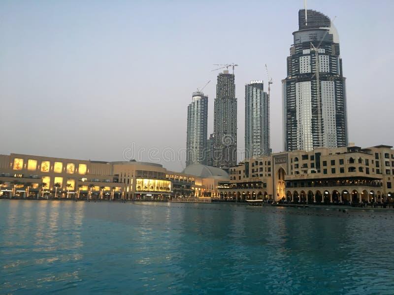 Silhuetas dos arranha-céus em Dubai no por do sol imagens de stock royalty free