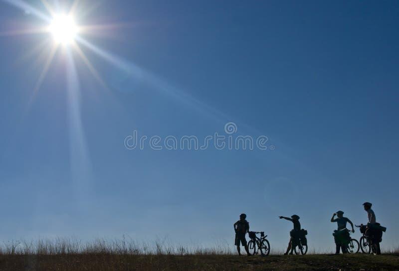 Silhuetas dos bicyclists fotografia de stock royalty free