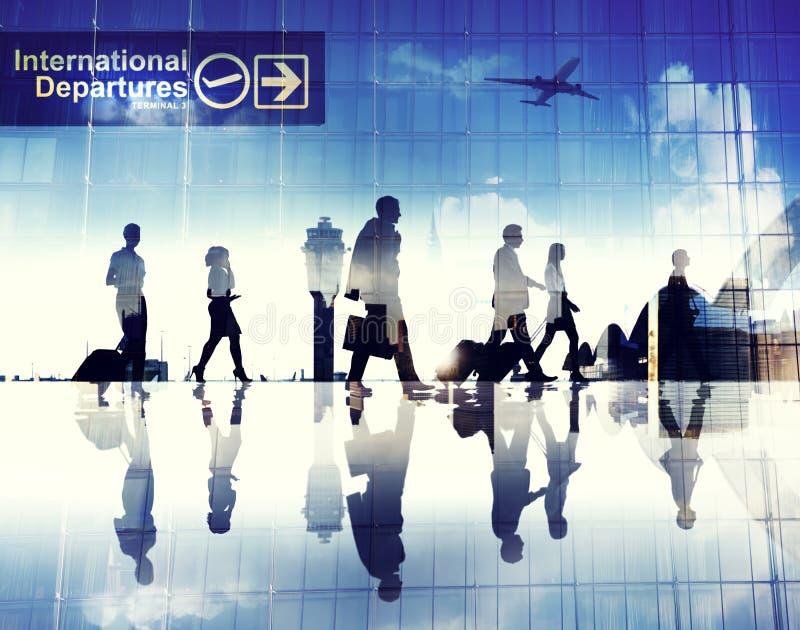 Silhuetas dos executivos que andam em um aeroporto imagens de stock