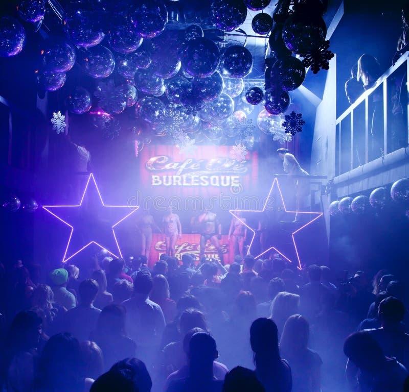 Silhuetas dos povos no clube nocturno fotos de stock