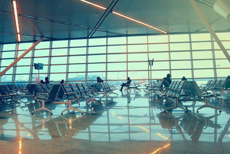 Silhuetas dos povos que esperam o voo no aeroporto foto de stock royalty free