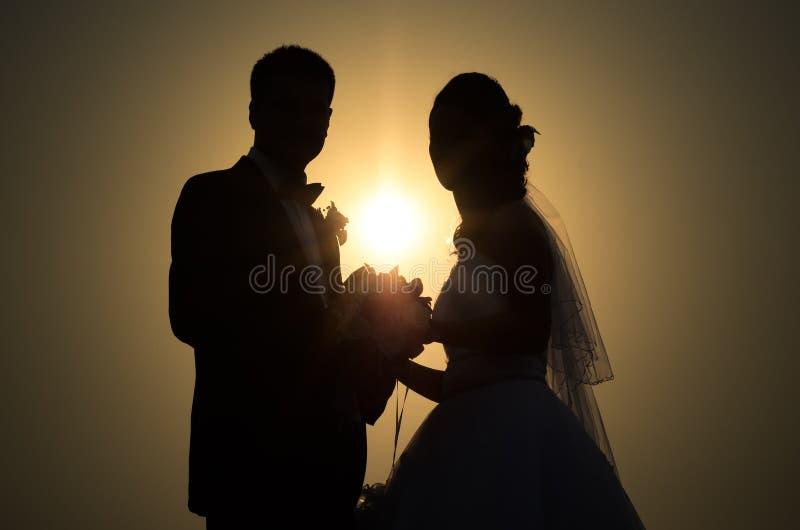Silhuetas e perfis da noiva e do noivo fotografia de stock royalty free