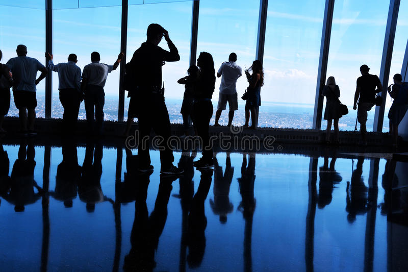 Silhuetas retroiluminadas, povos que olham a vista de um obervatório do World Trade Center, Manhattan foto de stock