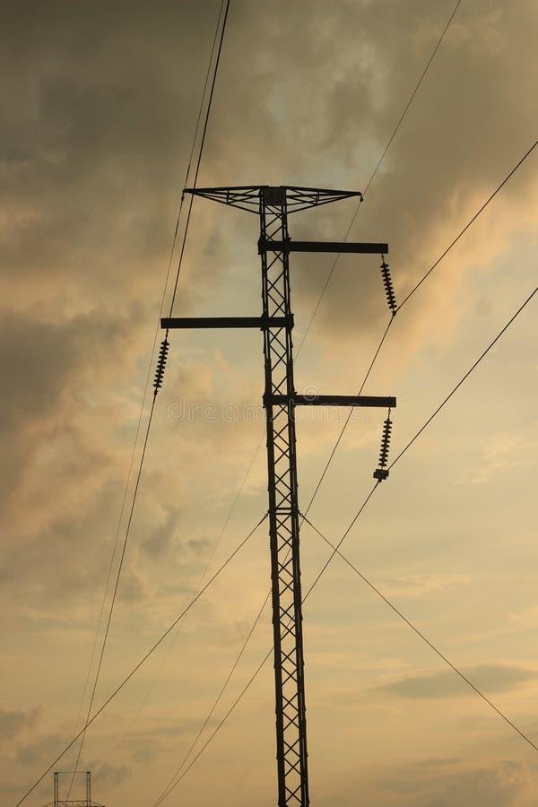 Silhuett till elektrisk kraftöverföringsledning arkivbild