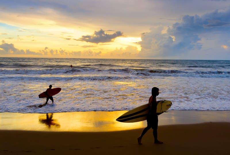 Silhuette Bali van het twee Surfersstrand royalty-vrije stock foto's