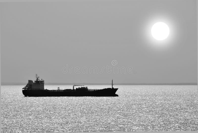 Silhuette della nave nell'alba immagini stock